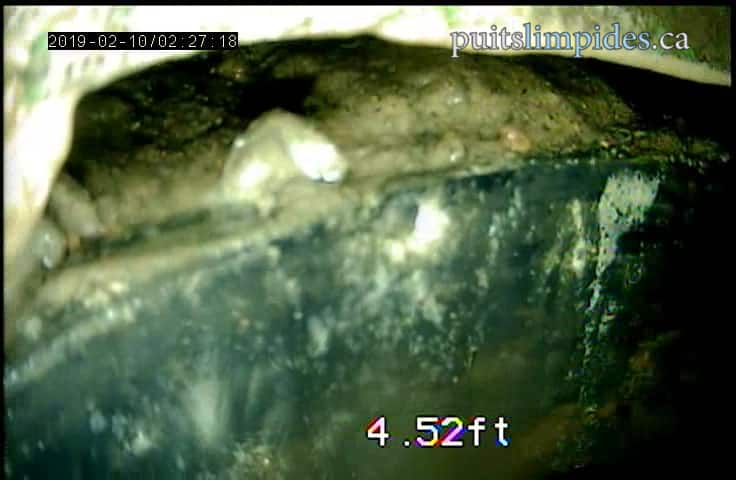Ce puits artésien de 1985 n'a pas de collerette, le sabot d'enfoncement ne parvient pas à lui seul à empêcher les infiltrations d'eau potentiellement contaminée, les traces laissées par l'eau de surface sont facilement visibles.