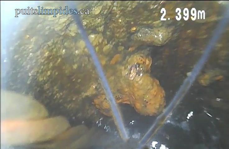 Le tuyau en acier de ce puits artésien de 50 ans présente une détérioration importante par la rouille