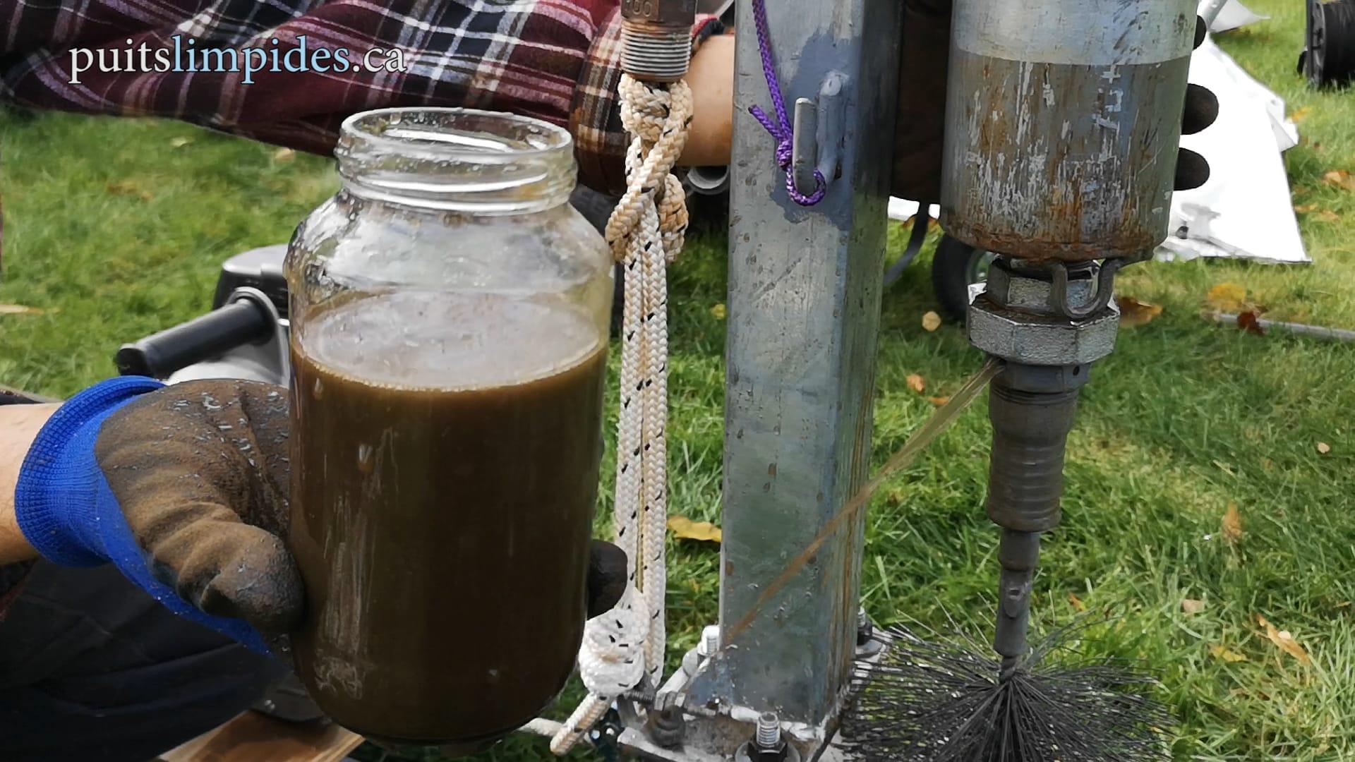 Voici une bonne idée du résultat du brossage du haut du puits artésien. Le nettoyage de la partie inférieure du puits suit cette étape.