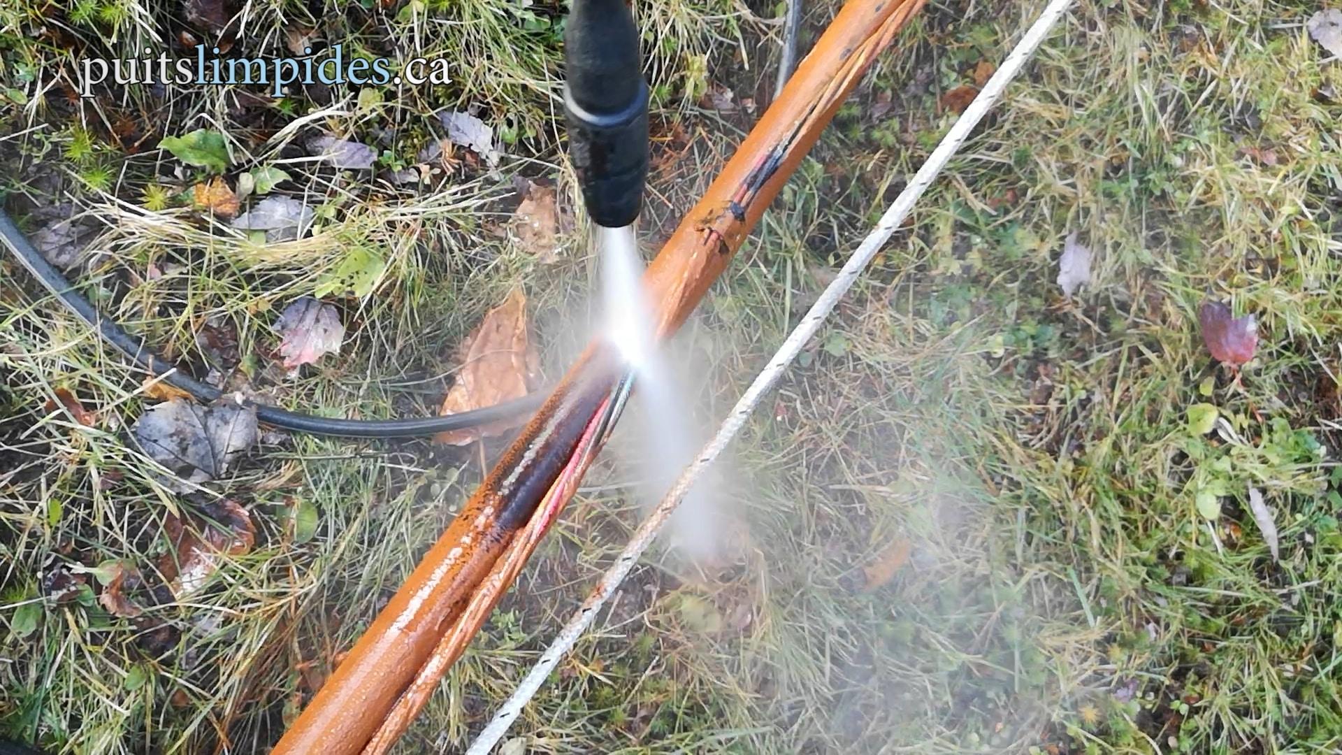 Toute la tuyauterie, les fils et la pompe sont sortis du puits artésien. Nous nettoyons minutieusement tous les équipements avec un jet d'eau à haute pression.