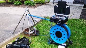 Installation de la caméra submersible pour procéder à une inspection dans un puits artésien de 200 mm de diamètre. Ce puits a une profondeur de 35 mètres.