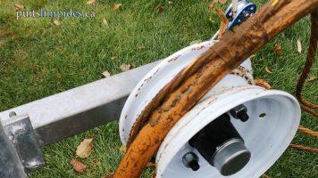 Le nettoyage de toute cette boue d'eau ferreuse a permis à ce puits artésien de retrouver son état d'origine.