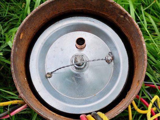 L'obturateur est installé dans le tuyau sous le couvercle de puits artésien pour le rendre anti parasites. Un petit tuyau muni d'un grillage laisse passer l'air entre l'intérieur du puits et l'extérieur.